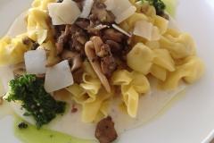 Mini ravioli met bospaddestoelen, parmezaans sausje en peterselielooksausje