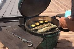 Zeebaars op de green egg met courgettes