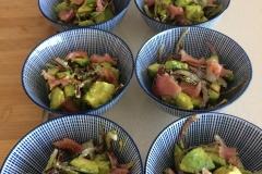 Avocadoslaatje met gerookte zalm en rode ui