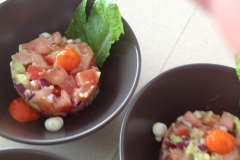 Slaatje van avocado met tomaat en gerookte bonito